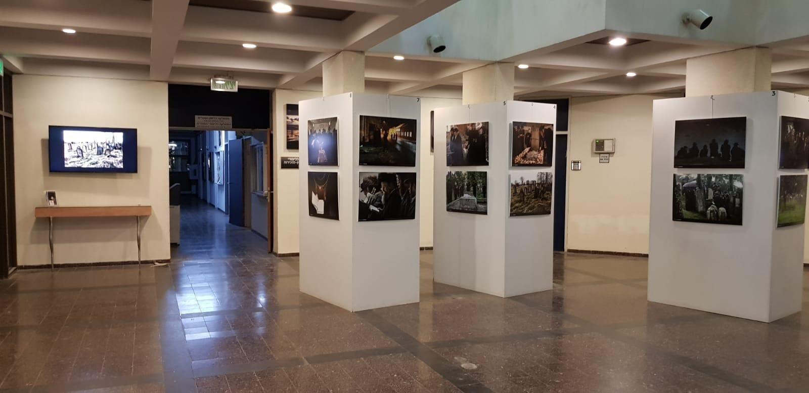 תערוכת תצלומים ודוקומנטציה במחלקה לאמנות יהודית באוניברסיטת בר-אילן (WALL HOOKS)